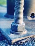 Detalhe de placa de metal fixa do parafuso ao concreto foto de stock royalty free