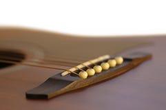 Detalhe de ponte da guitarra acústica Imagem de Stock