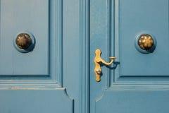 Detalhe de porta azul velha com o puxador dourado em Dusseldorf, germe Fotos de Stock Royalty Free