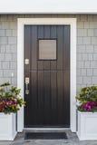 Detalhe de porta da rua preta à casa fotografia de stock