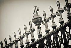Detalhe de porta do Buckingham Palace do glit em Londres, Reino Unido Foto de Stock