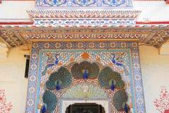 Detalhe de porta do pavão no palácio da cidade de Jaipur Fotos de Stock