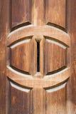 Detalhe de porta de madeira contínua do vintage com letra vertical do postbox Fotos de Stock Royalty Free