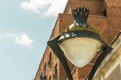 Detalhe de poste de luz velho na cidade fotografia de stock