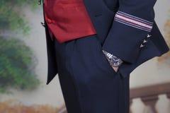 Detalhe de primeiro menino do comunhão com terno azul foto de stock