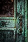 Detalhe de puxador da porta antigo bonito na construção velha, Illinois fotos de stock
