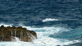 Detalhe de rochas e de ondas filme