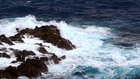 Detalhe de rochas e de ondas Movimento lento video estoque