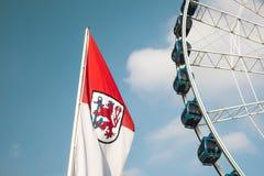 Detalhe de roda e de bandeira de ferris em Dusseldorf, Alemanha Foto de Stock