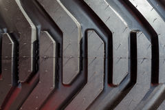 Detalhe de roda e de pneu pesados do trator Ascendente próximo do passo Fotografia de Stock Royalty Free