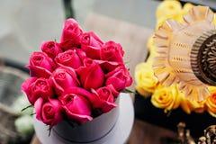 Detalhe de rosas cor-de-rosa em uma caixa cinzenta imagem de stock