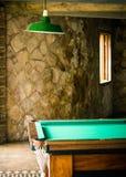 Detalhe de sala de jogos com a tabela de bilhar da sinuca Fotos de Stock Royalty Free