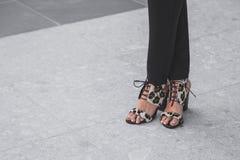 Detalhe de sapatas fora do desfile de moda nacional do traje que constrói f Fotos de Stock