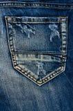 Detalhe de sarja de Nimes azul rasgada, brim da vista dianteira Foto de Stock Royalty Free