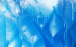 Detalhe de sincelos azuis em um iceberg em continente antárctico Fotos de Stock Royalty Free