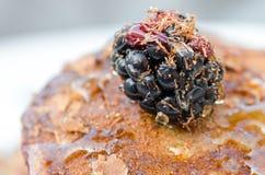 Detalhe de sobremesa das panquecas com framboesas e mel Fotografia de Stock