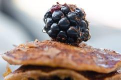 Detalhe de sobremesa das panquecas com framboesas e mel no outro ângulo Fotografia de Stock
