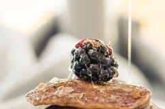 Detalhe de sobremesa das panquecas com framboesas e queda do mel Imagens de Stock