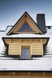 Detalhe de telhado - Dormer de madeira fotos de stock royalty free