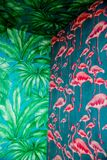 Detalhe de teste padrão sem emenda tropical da instalação de canto com a palmeira cor-de-rosa do flamingo e das hortaliças, trópi imagens de stock