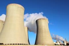 Detalhe de torres refrigerando do central nuclear Fotografia de Stock