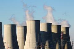 Detalhe de torres refrigerando do central nuclear Imagem de Stock