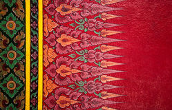 Detalhe de tradicional tailandês pintado na parede do templo. imagens de stock