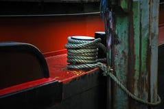 Detalhe de um barco velho com corda, fixo no poste de amarração Fotos de Stock