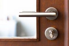 Detalhe de um botão metálico na porta de madeira imagem de stock royalty free