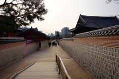 Detalhe de um corredor no palácio de Changdeokgung em Seoul, Coreia do Sul fotografia de stock royalty free