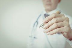 Detalhe de um doutor que guarda uma pena, vintage Imagem de Stock Royalty Free