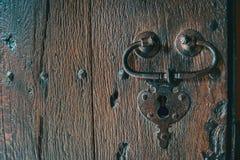 Detalhe de um fechamento e de um punho de uma porta medieval de madeira imagem de stock