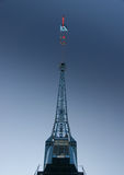 Detalhe de um guindaste portuário enorme no céu azul Foto de Stock Royalty Free