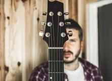 Detalhe de um headstock de uma guitarra clássica Música e guitarrista fotografia de stock royalty free
