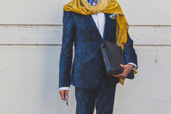 Detalhe de um homem fora da construção do desfile de moda de Etro em Milão, ele Foto de Stock