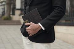 Detalhe de um homem novo que veste um terno em uma cidade Imagem de Stock