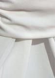 Detalhe de um pano de tabela branco drapejado fotos de stock