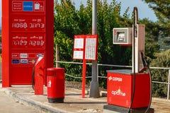 Detalhe de um posto de gasolina de CEPSA em uma estrada secundária pequena Fotografia de Stock Royalty Free
