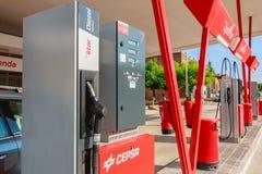 Detalhe de um posto de gasolina de CEPSA em uma estrada secundária pequena Foto de Stock Royalty Free