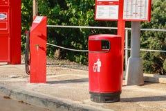 Detalhe de um posto de gasolina de CEPSA em uma estrada secundária pequena Fotos de Stock