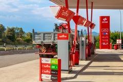 Detalhe de um posto de gasolina de CEPSA em uma estrada secundária pequena Imagens de Stock Royalty Free