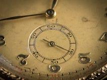 Detalhe de um relógio de bolso dourado velho foto de stock royalty free