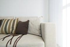 Detalhe de um sofá bege moderno com coxins Fotografia de Stock Royalty Free