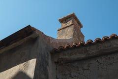 Detalhe de um telhado com uma chaminé fotos de stock royalty free