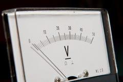 Detalhe de um voltímetro análogo, escala do ponteiro imagem de stock royalty free