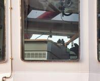detalhe de uma cabina do piloto do bopat do reboque durante o manouvre fotos de stock