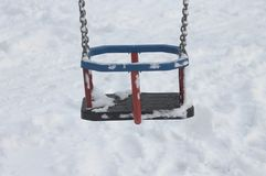 Detalhe de uma cadeira do balanço na neve Fotografia de Stock Royalty Free