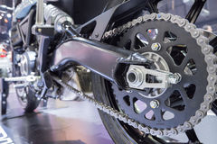 Detalhe de uma corrente da parte traseira da motocicleta Imagens de Stock Royalty Free