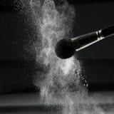 Detalhe de uma escova do pó com pó frouxo branco Fotos de Stock Royalty Free