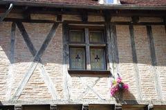Detalhe de uma fachada de uma casa metade-suportada das épocas medievais imagens de stock